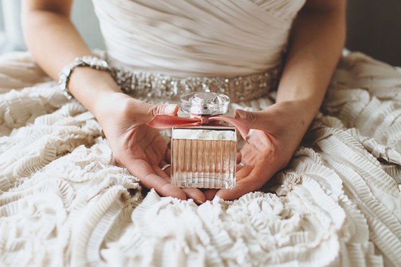 tips-on-choosing-your-wedding-day-fragrance-with-sapphire-pink-coco-wedding-venues-mango-studios-via-style-me-pretty-new