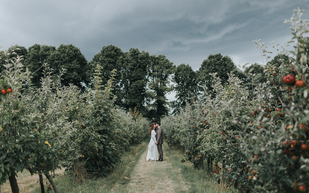 Coco wedding venues slideshow - relaxed-barn-wedding-venues-in-kent-the-night-yard-peter-reynolds-photography-002
