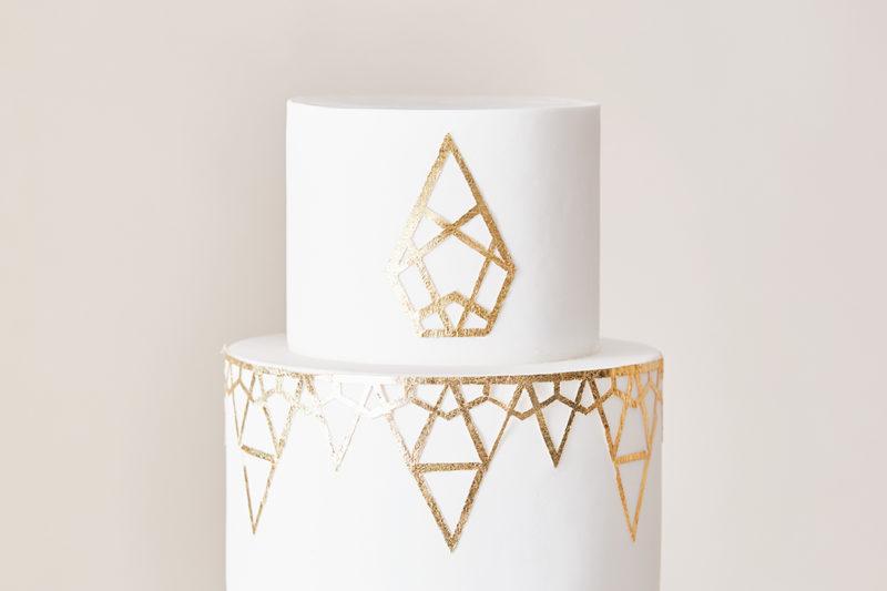 bespoke-wedding-cake-designs-london-the-enchanting-cake-company-geometric-gold-495-feature