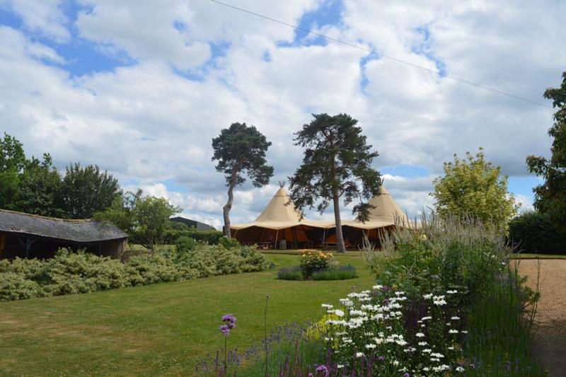 Image courtesy of Lattenbury Hill Weddings.
