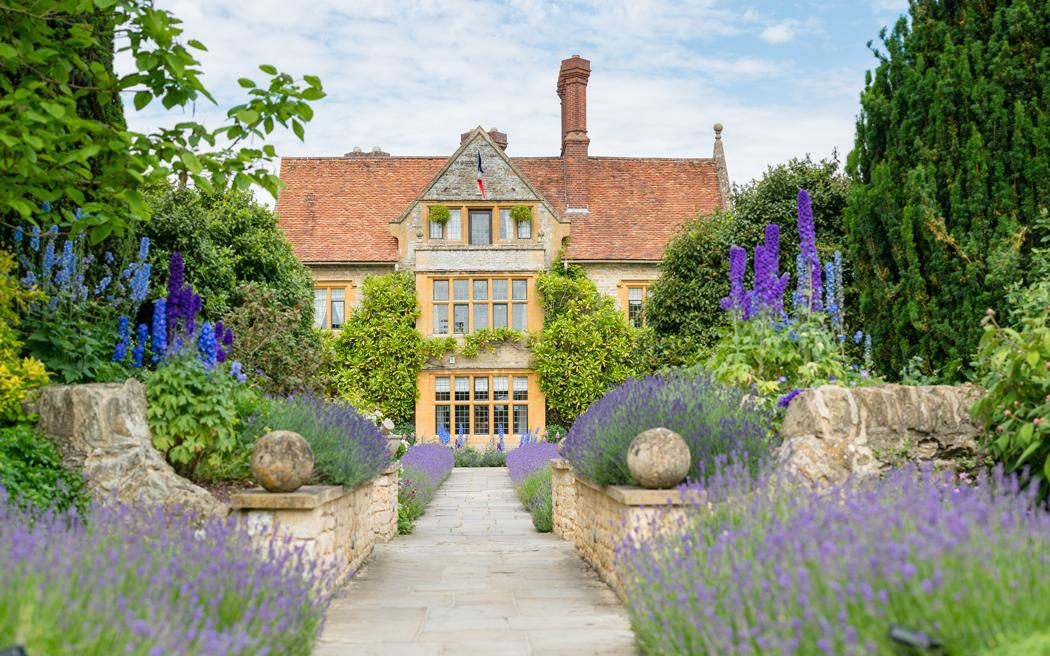 Coco wedding venues slideshow - romantic-country-house-wedding-venue-in-oxfordshire-belmond-le-manoir-aux-quat'saisons-paul-wilkinson-photography-002